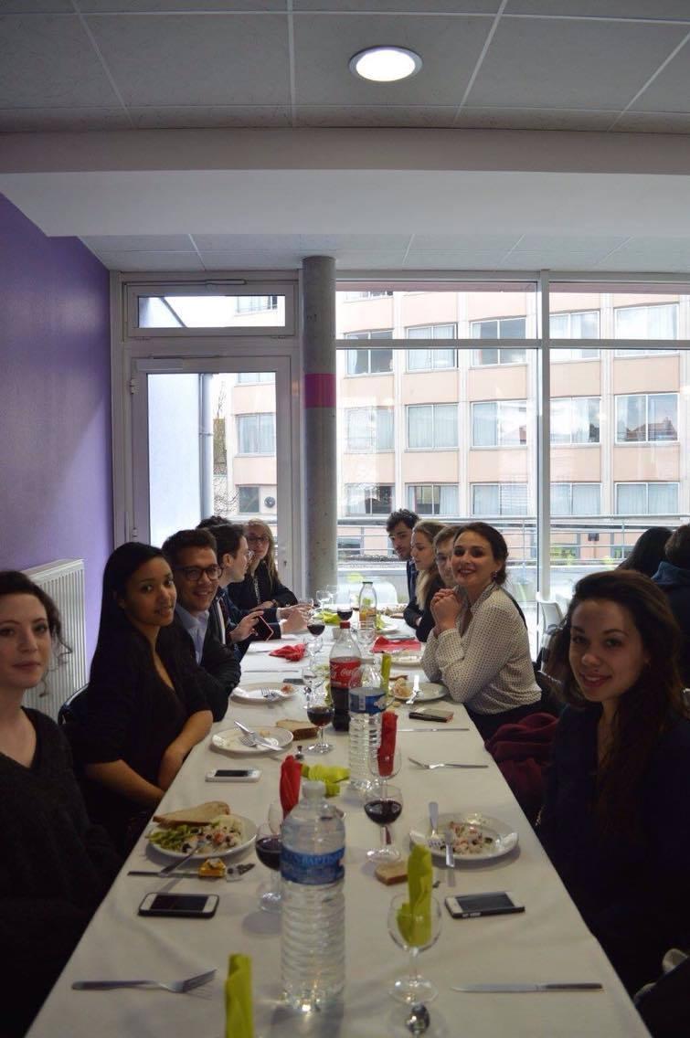 éjeuner au restaurant universitaire de l'Université Lille 2 avec tous les participants et les professeurs Photos prises par Paola Monot